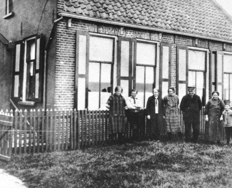 Familie Smit voor hun woning op Emmeloord met juffrouw Witkop
